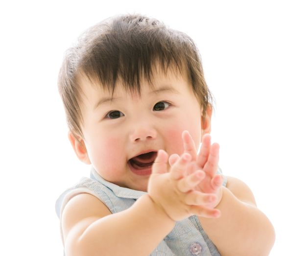 A baby clapping its hands for self assurement