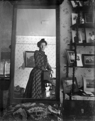 Sefie in the style of 1900 with a box camera and a mirror